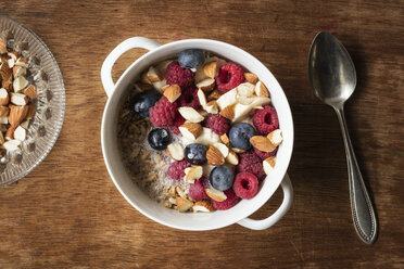 Cereals with almond milk, nuts and berries, vegan - EVGF03413