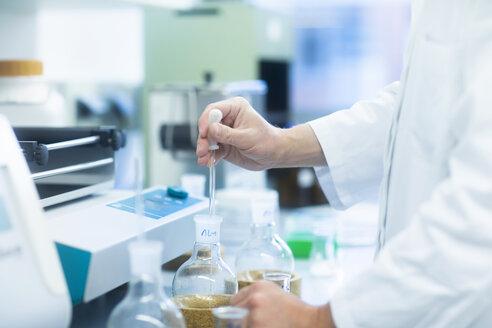 Laboruntersuchung am Labortisch - SGF02265