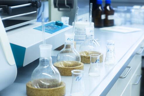 Labortisch mit Proben in Glasbehältern - SGF02268