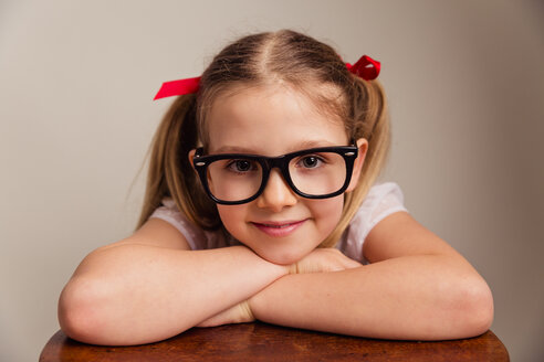 Portrait of smiling ittle girl wearing oversized glasses - NMS00294