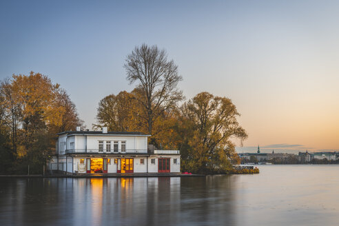 Germany, Hamburg, Outer Alster Lake, rowing clubhouse in autumn - KEBF01180