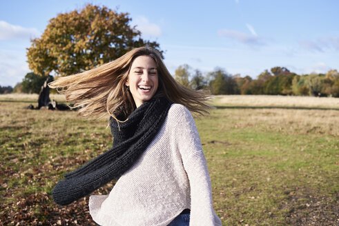 Portrait of happy young woman in a park - IGGF00822