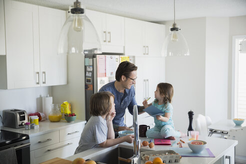 Father and children in pajamas in morning kitchen - HEROF25078