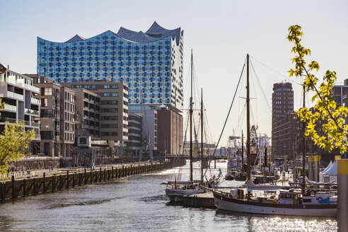 Germany, Hamburg, HafenCity, Elbe Philharmonic Hall, Sandtorhafen and modern residential houses - WDF05139
