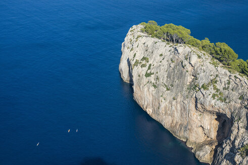 Spain, Baleares, Mallorca, Kayakers at the cliffs of Cap Formentor - RUNF01430