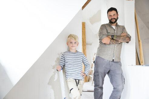 Deutschland, NRW, Haus, Baustelle, Dach, Dachboden, Holz, Dachausbau, Dachschraege, Portrait, Junge, Vater, Sohn - MFRF01183