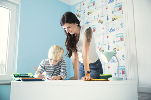 Deutschland, NRW, Haus, Kinderzimmer, Junge, Schreibtisch, Stifte, Hausaufgaben, - MFRF01210
