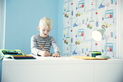 Boy doing homework at desk in children's room - MFRF01216