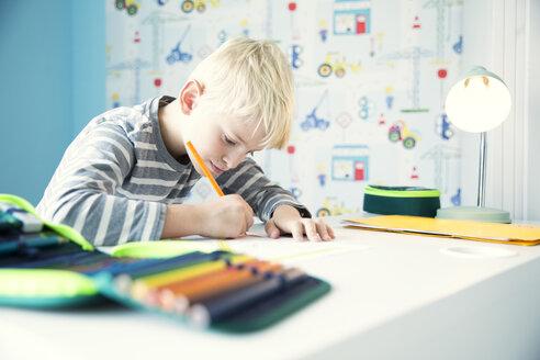 Deutschland, NRW, Haus, Kinderzimmer, Junge, Schreibtisch, Stifte, Hausaufgaben, - MFRF01219