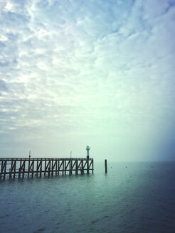 Belgium, Flanders, North Sea, Jetty and lighthouse - GWF05924