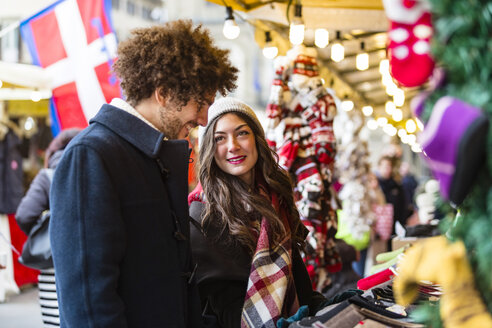 Happy young couple at Christmas market - MGIF00300