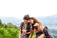 Friends having snack, Città della Pieve, Umbria, Italy - CUF49476