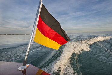 Germany, Baden-Wuerttemberg, Lake Constance, motorboat, German flag and boat wake - SH02068