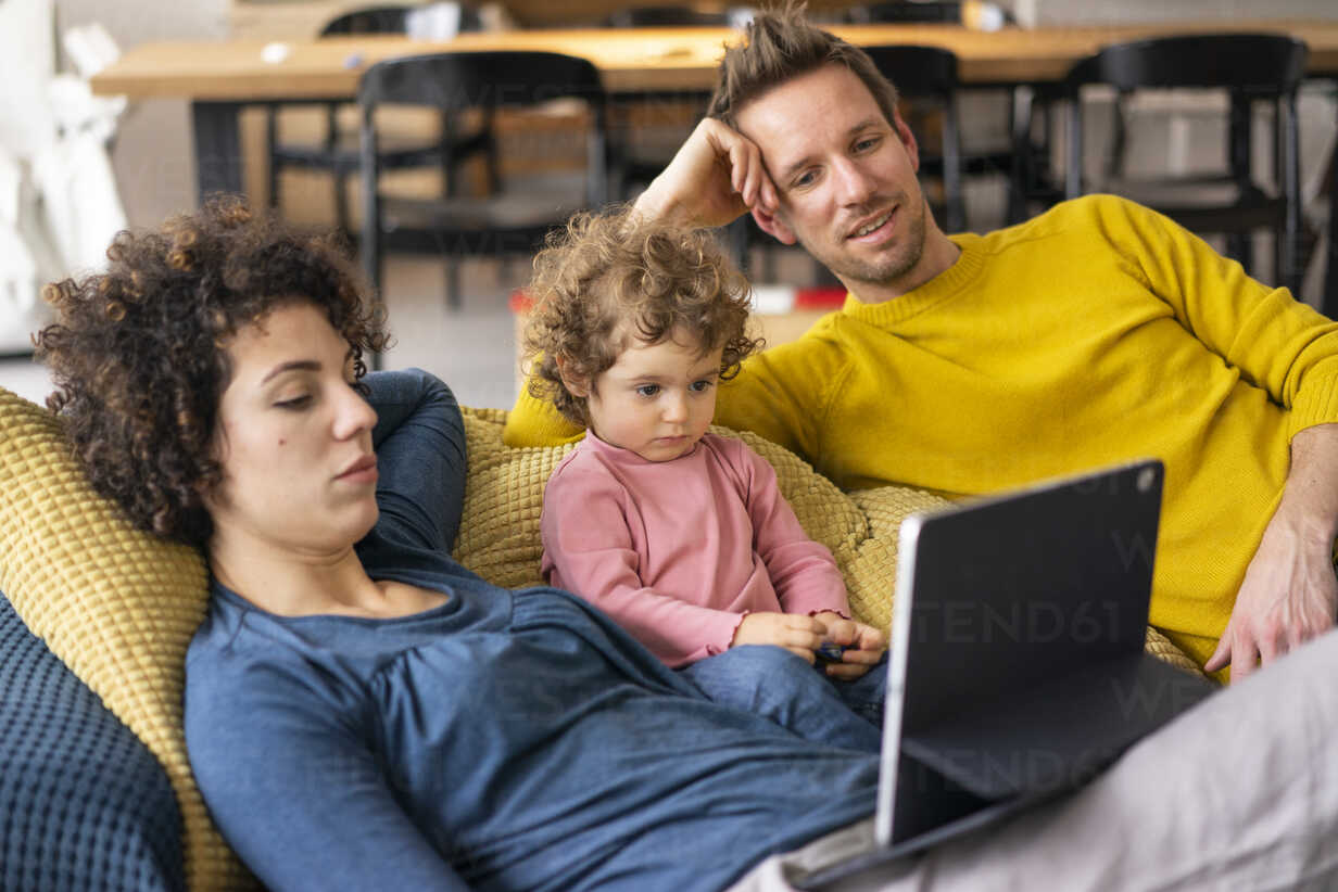 Family lying on couch watching movie on theit tablet - JOSF03108 - Joseffson/Westend61