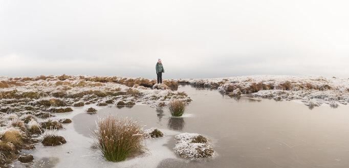 UK, Wales, Brecon Beacons, Craig y Fan Ddu, woman hiking in winter landscape - ALRF01424