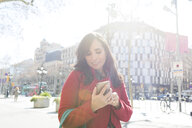 Woman using cell phone in the city - VABF02238