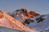Italy, Abruzzo, Gran Sasso and Monti della Laga Park, Campo Imperatore, Corno Grande mountain at sunrise in winter - LOMF00849