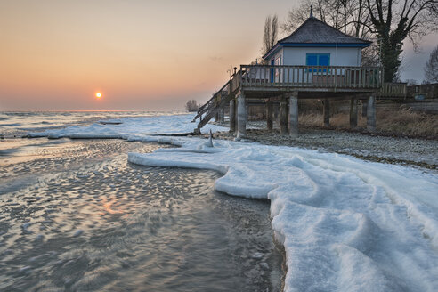 Switzerland, Thurgau, Lake Constance, Kesswil, ice floes at the lake shore in the sunrise - SH02087