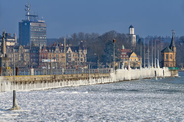 Germany, Baden-Wuerttemberg, Lake Constance, Constance, ice floes and ice formations at the frozen pier and port entrance with lighthouse - SH02099