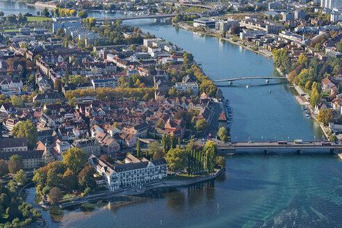 Deutschland, Baden-Württemberg, Bodensee, Konstanz, Luftaufnahme Inselhotel und Rheinbrücken - SH02114