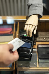 Customer paying with creditcard, robot assisting - PESF01525