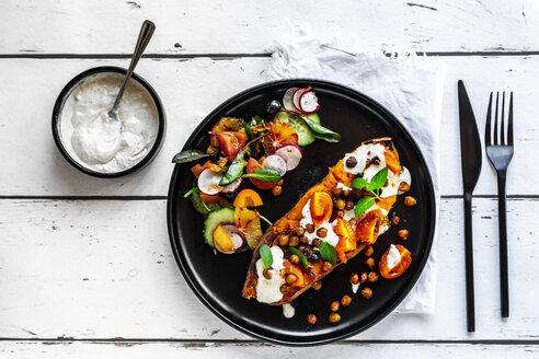 gebackene Süßkartoffel mit gerösteten Kichererbsen, Tahini-Dip, Tomaten und gemischten Salat mit Blutorangen und Blaubeeren - SARF04138
