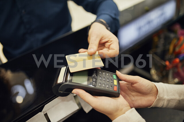 Close-up of customer paying cashless with credit card in a shop - ZEDF01991 - Zeljko Dangubic/Westend61