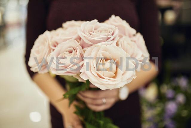 Close-up of woman holding bunch of roses - ZEDF01997 - Zeljko Dangubic/Westend61