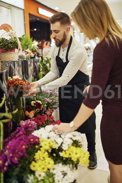 Florist advising customer in flower shop - ZEDF02006 - Zeljko Dangubic/Westend61