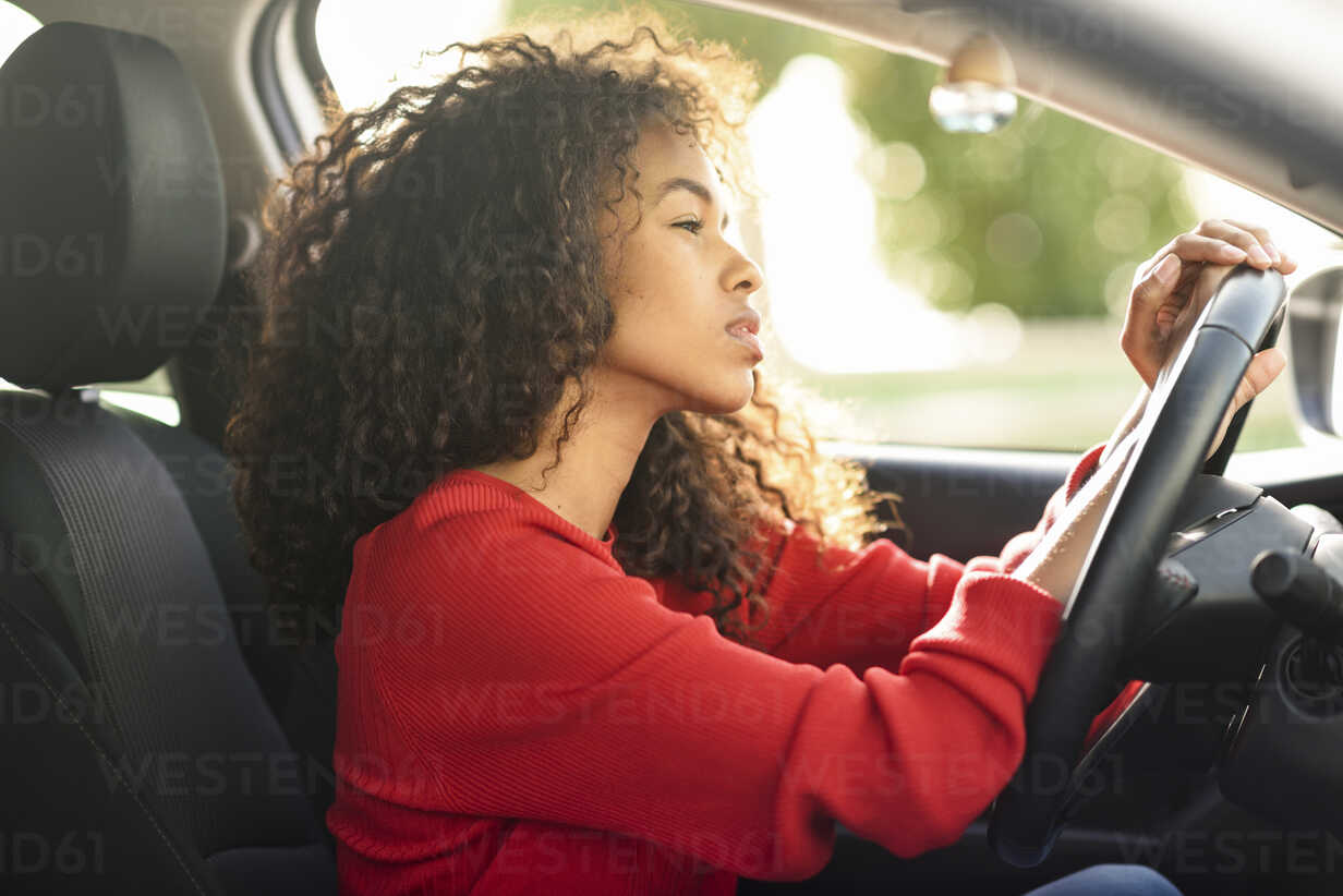 Beautiful young woman in driving car - JSMF00802 - Javier Sánchez Mingorance/Westend61