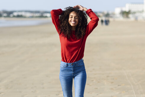 Portrait of happy young woman on the beach - JSMF00817