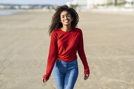 Portrait of happy young woman on the beach - JSMF00820