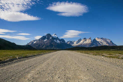 Chile, Patagonia, Straight road in the Torres del Paine National Park - RUNF01503