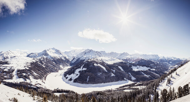 Snow covered mountain and valley landscape, high angle view, Ramsau im Zillertal, Tyrol, Austria - CUF49786