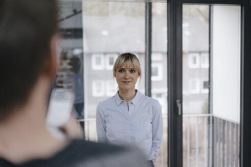 Deutschland, Essen, Büro, Business, Arbeit, Beruf, Agentur, Frau, 36 Jahre, Mann, 41 Jahre, Meeting, Besprechung, Austausch - JOSF03138