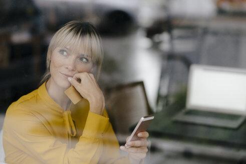 Deutschland, Essen, Frau, 36 Jahre, Café, Pause, Freizeit, Smartphone, online banking, Kreditkarte, smartpay - JOSF03180