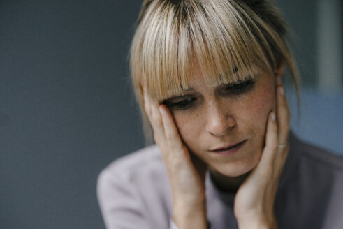 Portrait of a sad blond woman - JOSF03270