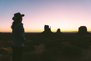 USA, Utah, Monument Valley, happy woman watching sunrise - GEMF02882