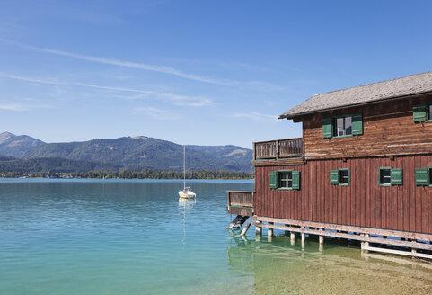 Austria, Alps, Salzburg, Salzkammergut, Salzburger Land, Wolfgangsee, boat and lake house in St. Wolfgang - GWF06005