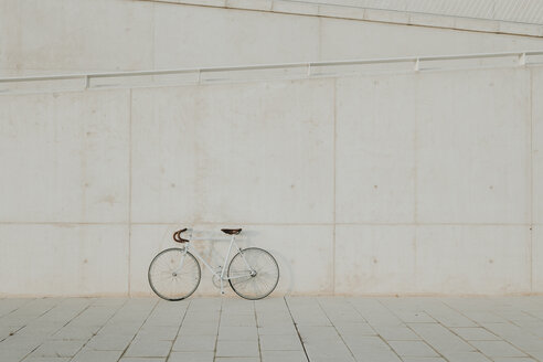 Vintage bicycle leaning on concrete wall - AHSF00059