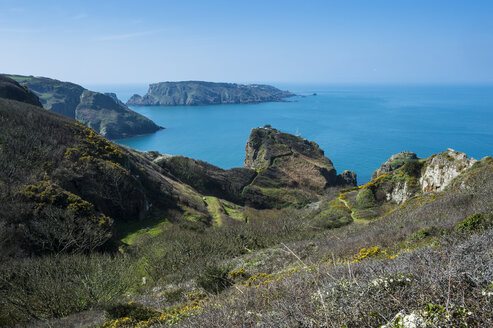 United Kingdom, Channel islands, overlook over the east coast of Sark and the island Brecqhou - RUNF01524