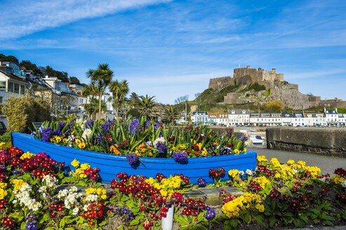 United Kingdom, Channel islands, Jersey, the town of Mont Orgueil and its castle, flower bouquet in a boat - RUNF01566
