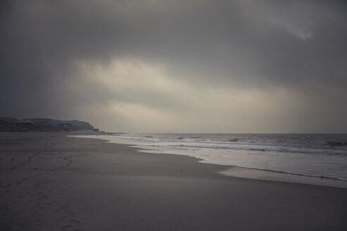 Germany, Sylt, Kampen, Rotes Kliff, lonely beach, sea, winter - ANHF00087