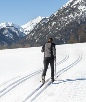 Austria, Tyrol, Achensee, man doing cross country skiing - MKFF00458