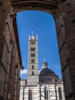 Italien, Toscana,  Siena, Kathedrale von Siena, Duomo di Siena, Piazza Iacopo della Quercia, piazza storica, Blick durch Facciatone - LAF02237