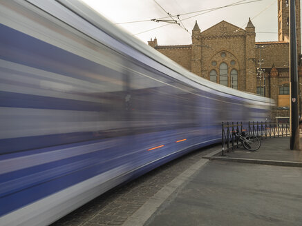 Italien, Toscana,  Florenz, Santa Maria Novella, Blick von der Bahnhofseite aus mit Straßenbahnen - LAF02261