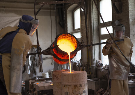 Art foundry, Foundry workers casting - BFRF01993