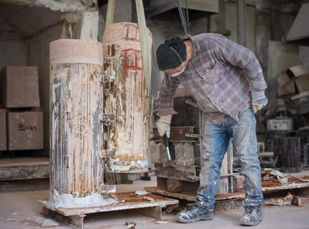 Art foundry, Foundry worker hammering on casting mould - BFRF02002