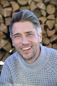 Portrait of mature man with greying hair and grey pullover - ECPF00614
