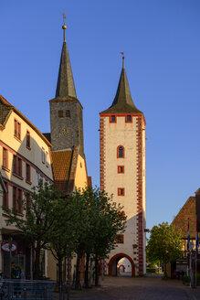 Hauptstraße mit Spitalkirche und Oberer Torturm, Katzenturm, Karlstadt am Main, Unterfranken, Franken, Bayern, Deutschland - LBF02471